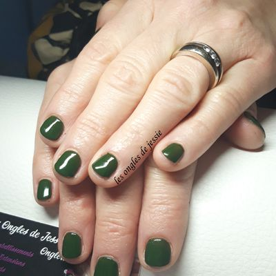 vernis vert sur ongles courts