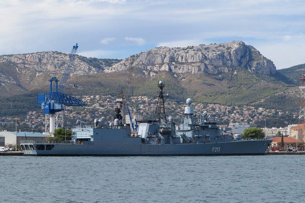 AUGSBURG , F 213 , frégate de la marine allemande à quai dans la base navale de Toulon le 15 septembre 2016