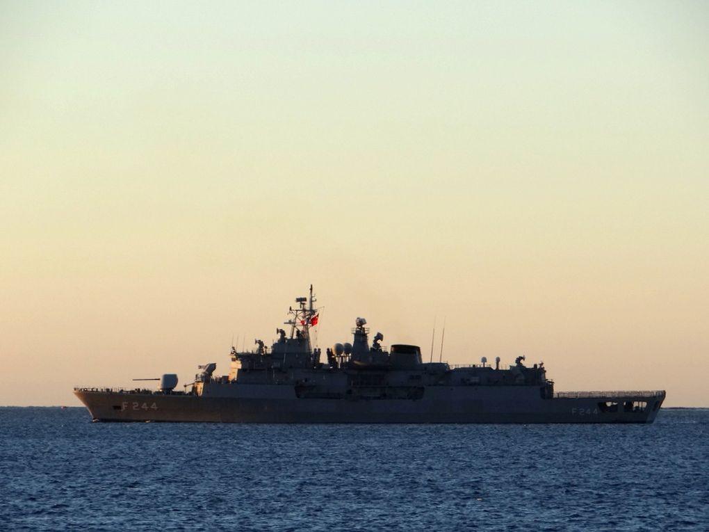 BARBAROS , F244 frégate de la marine turque  quittant son mouillage en rade des vignettes le 08 octobre 2017