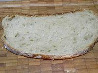 4 - Découper la mozzarella égouttée en tranches, ainsi que le parmesan. Faire toaster rapidement vos tranches de pain de campagne. Tartiner de pesto. Disposer en alternant les tranches de mozzarella et tomates séchées, recouvrir de quelques morceaux de parmesan. Passer au grill du four 1 petite minute pour faire fondre légèrement le parmesan. Ressortir recouvrir du mesclum assaisonné de jeunes pousses de salade. Parsemer de quelques pignons de pin grillés et de fins copeaux de parmesan.