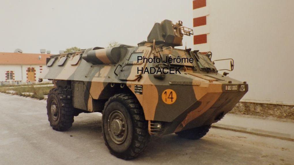 Pris complètement par hasard lors de mon service militaire en 1986 sur le camp de Mourmelon, ces deux VAB n'étaient que deux blindés supplémentaires surpris au détour du camp. Ils m'avaient pourtant attiré par leur camouflage atypique peint en définitif et non conforme à celui déjà entré en vigueur au sein de la FAR (Force d'Action Rapide) et qui sera généralisé à l'ensemble de l'armée française sous le nom de camouflage Centre Europe.  Publiées dans le livre de Pascal DANJOU et Thomas SEIGNON « Un siècle de camouflage dans l'armée française» aux éditions du Barbotin, ce bariolage était en fait l'essai précurseur du futur camouflage 3 tons appliqué sur des engins du 170ème RI (Jérôme Hadacek)