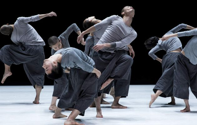 Tao Dance Theater 8 & 9. Une  fascinante transfiguration du Yin et du Yang dans une chorégraphie minimaliste hypnotique.