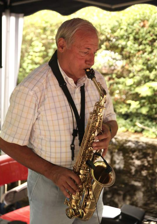 In bewährter Weise unterhielt der frühere Heeresmusiker Charly Neuland mit exzellentem Saxofon-Spiel die Gäste, die zum Weißwurstessen, Mittagstisch mit Gegrilltem oder zum hausgemachten Kuchen zur Kaffeezeit gekommen waren.