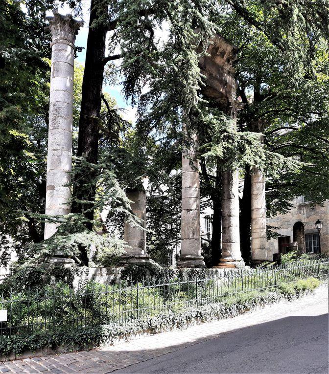 Besançon : square Castan, Porte Noire et cathédrale Saint-Jean.
