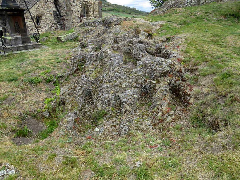 Petite cité de caractère développé au pied de son château, coupé en deux par la rivière Couze Pavin.