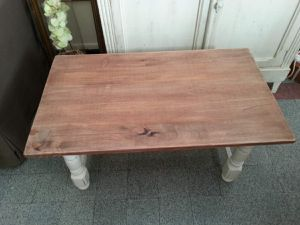 Le plateau d'origine très lourd et très abimé a été remplacé par une planche en pin plus petite, et les pieds ont été ressérés afin de réduire la dimension de la table.