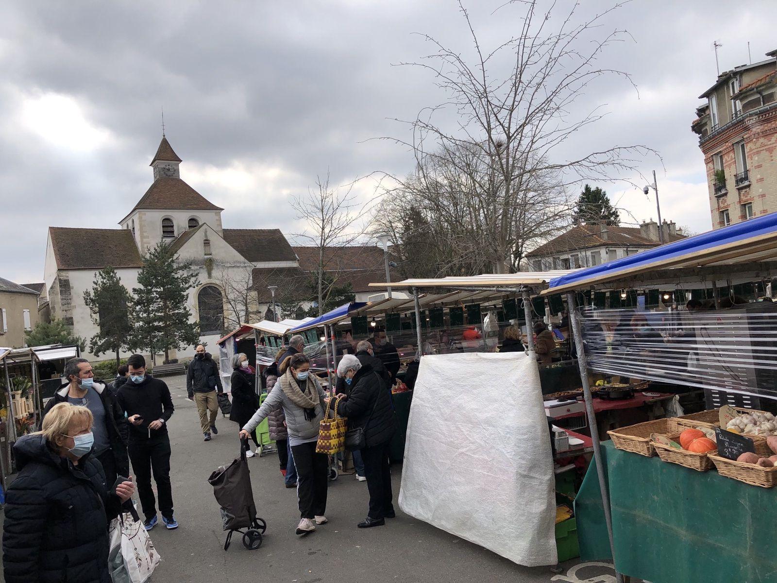 Malgré le nouveau confinement la vie continue sur le marché du Vieux-Pays à Aulnay-sous-Bois