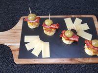 Découper l'omelette avec un emporte pièce . Rouler une tranche de chorizo la poser sur l'omelette et piquer une olive. Présenter avec des petits morceaux de fromages.