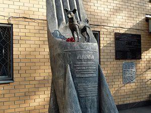 Villepinte : stèle au cimetière des animaux - Moscou : statue située près du complexe de recherche militaire ©wikipedia