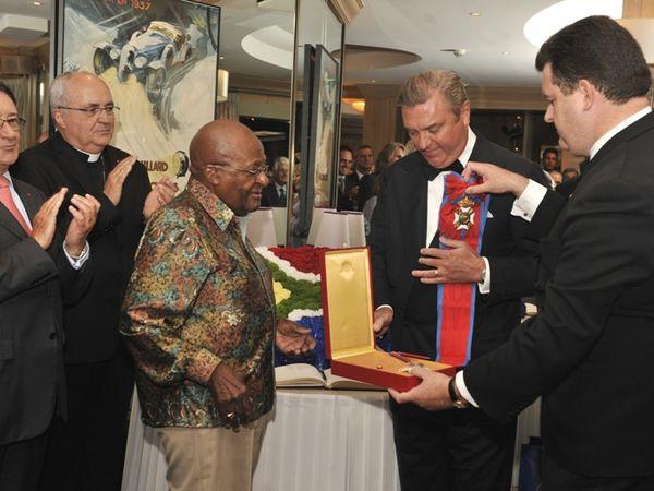 Monaco: Desmond Tutu Prix Nobel pour la Paix en 1984 décoré par S.A.R. le Prince Charles de Bourbon des Deux Siciles