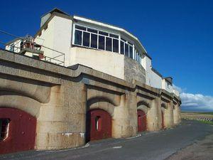 Casemates du fort Bovisand à Plymouth, fort Horse Sand devant Portsmouth, casemates du fort d'IJmuiden en aval d'Amsterdam, coupole du fort de Copacabana à Rio de Janeiro (Wikimedia Commons)