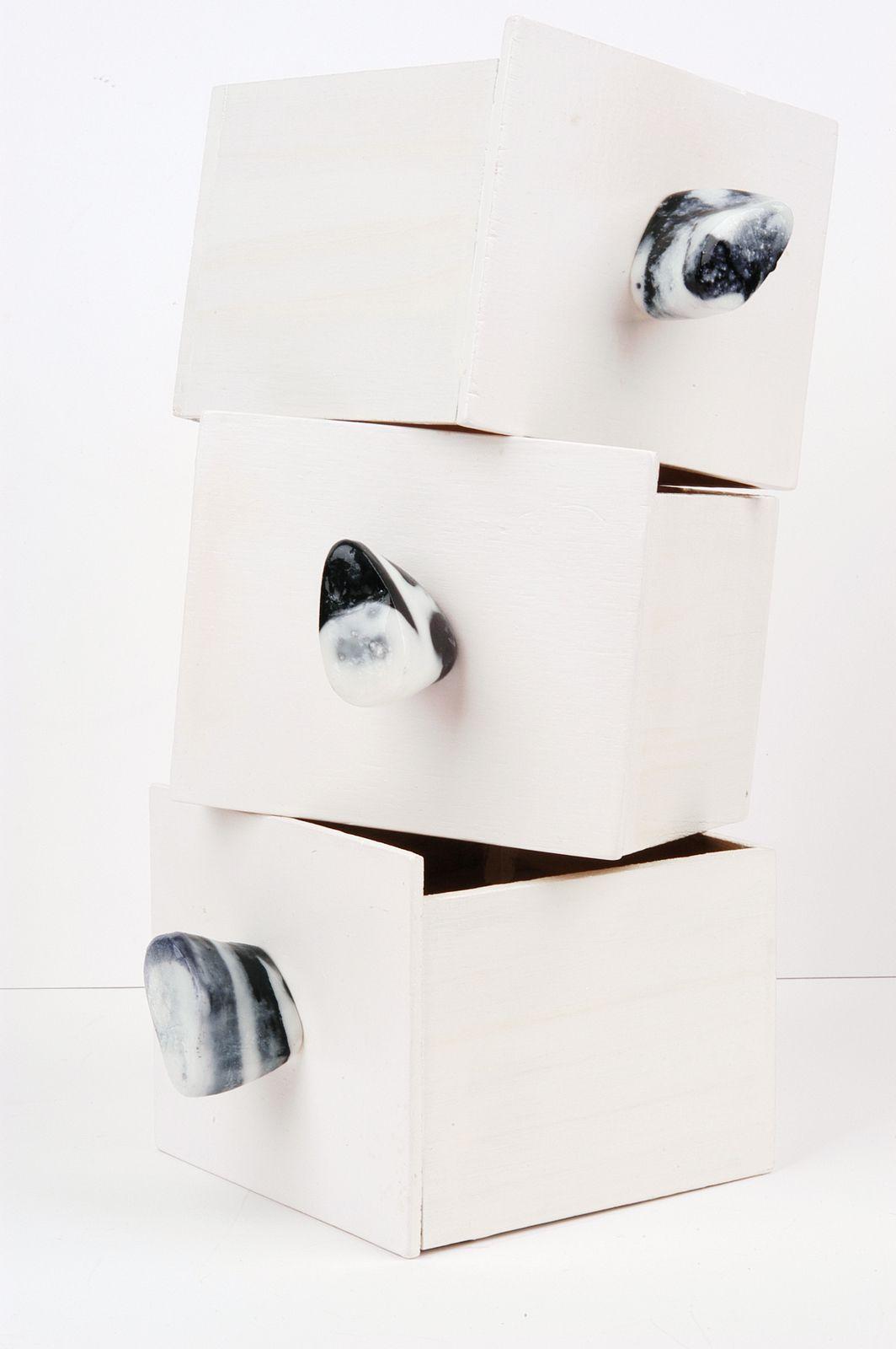 An echte Horngriffe erinnert die Form der schwarz-weiß marmorierten , Hochglanz-Möbelgriffe aus Kunstharz.