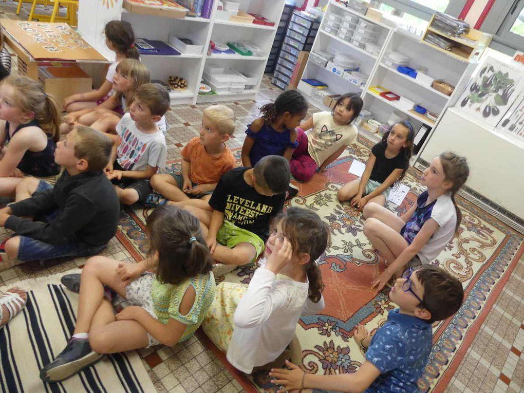 Les enfants dans leur classe au moment de l'arrivée des visiteurs