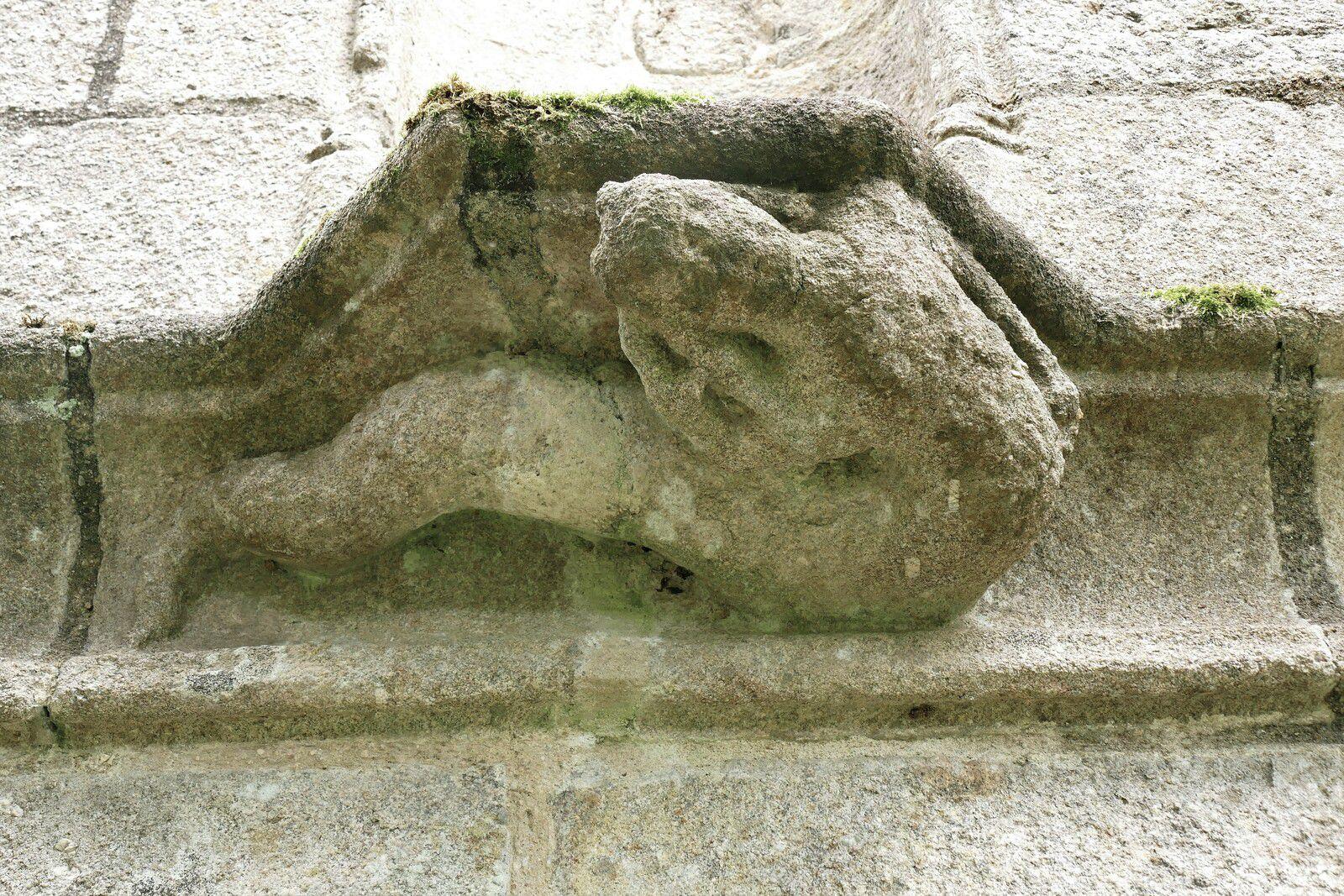 Femme-serpent de Saint-Herbot, porche ouest. Photographie lavieb-aile 4 août 2021.