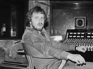 martin birch, un producteur britannique qui a produit de nombreux albums de hard-rock tels deep purple, black sabbath, rainbow, iron maiden et whitesnake