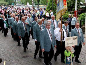 Guter Stimmung waren die Sängerinnen und Sänger des Männergesangvereins, die bei ihrem Marsch durch den Altort so manches Lied erklingen ließen.