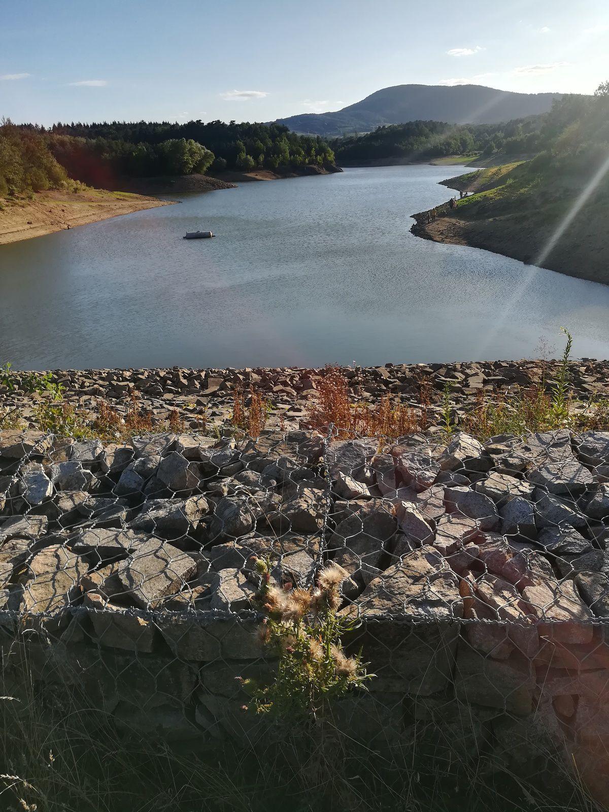 Ces images illustrent le lac des Meinettes. Ce dernier se situe près du village de St Jeure-D'Ay dans le Massif central en Ardèche. Lequel nous propose un petit parcours convivial et ludique de 3,5 km environ.