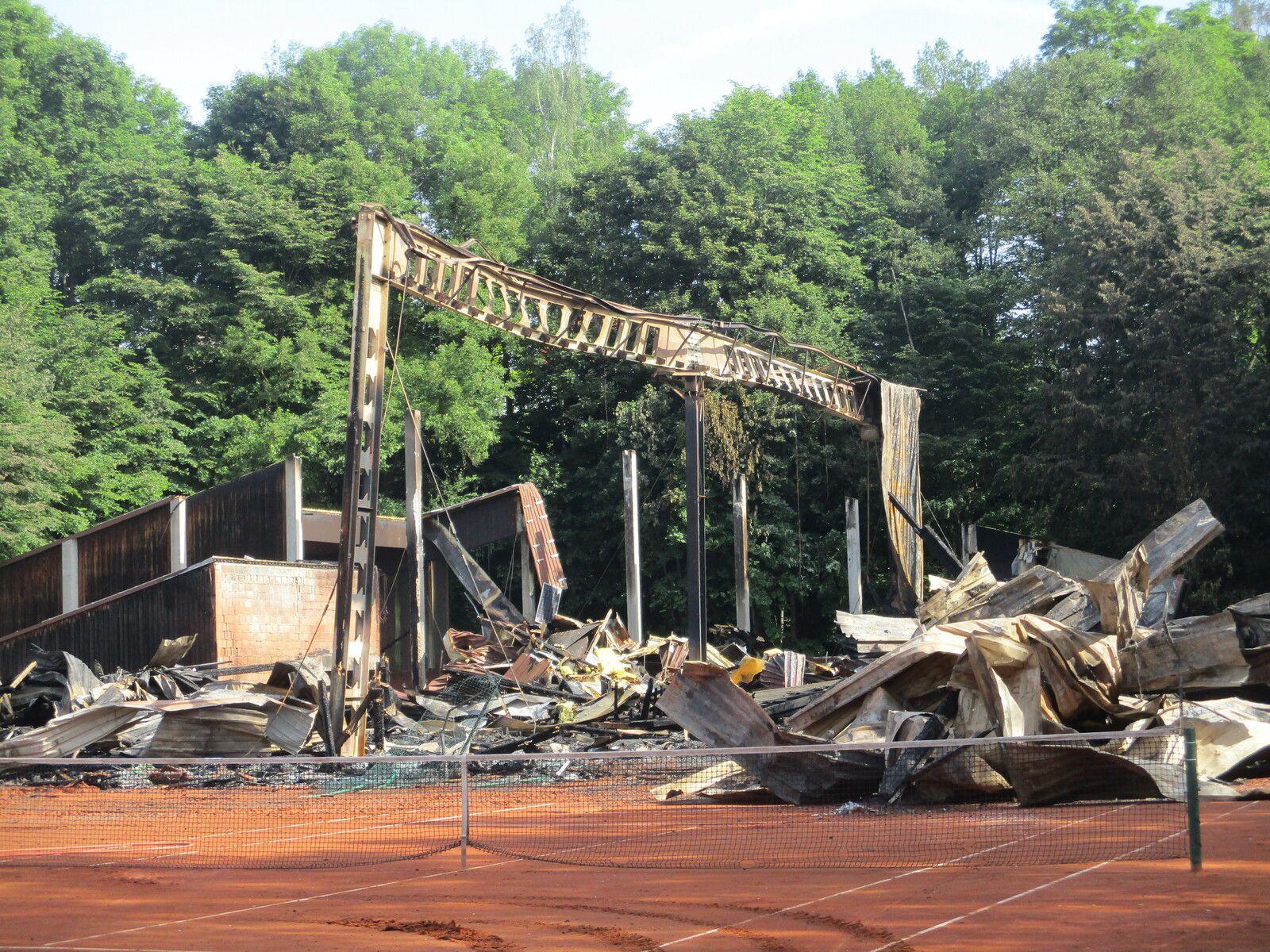 Tennishalle in Marktredwitz am 15. Juni 2021 völlig vom Feuer zerstört-