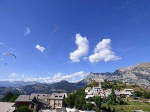 L'été, au lac de Serre Ponçon, avec un vol en parapente à la clé et une fin de vacances sur les bords de l'Allier.