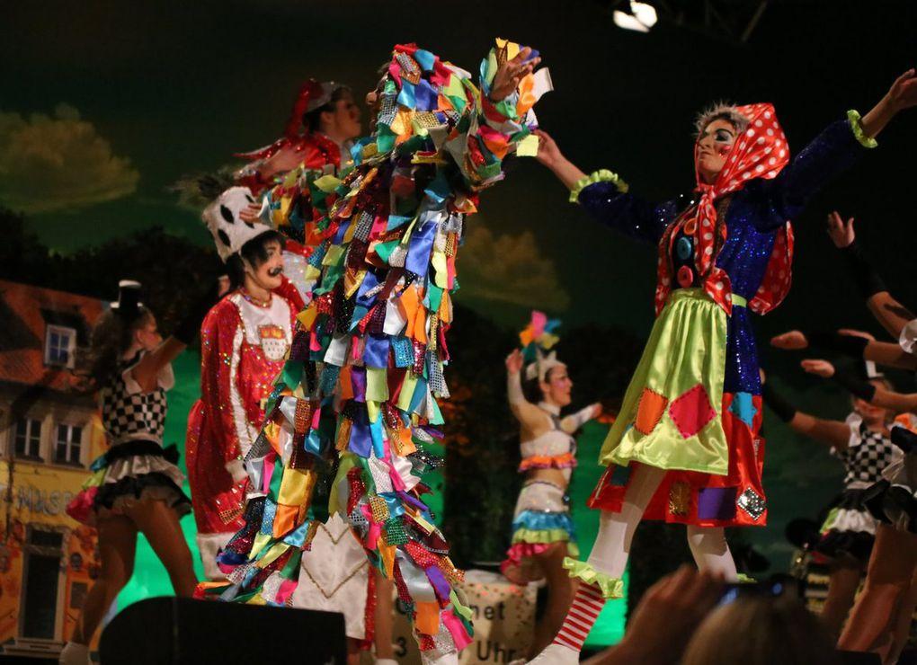 """Die Ü-15-Garde führte in ihrem Schautanz unter dem Titel """"Ein Museum voller Narren"""" ausdrucksstark das Deutsche Fastnachtsmuseum in Kitzingen in einer ausführlicheren Neun-Minuten-Version des letztjährigen Tanzes vor Augen."""