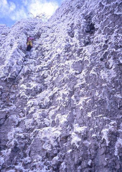 Escalade sur herbe gelée au col de la Bataille en Vercors.