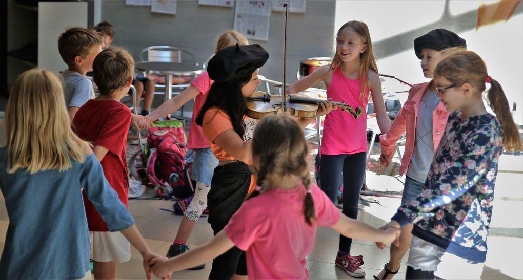 """Eine herzliche Begegnung hatten die französischen Kinder tags darauf dann nach dem Empfang im Rathaus in der Grundschule, wo sie die deutschen Schüler, die von Barbara Scheuring in Französisch unterrichtet werden, mit Liedern und dem Tanz """"C'est Gugusse avec son violon""""willkommen hießen."""