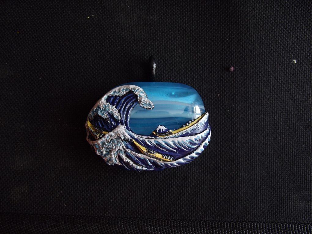 fabrication pas à pas de la célèbre estampe de Hokusai, la Grande Vague de Kanagawa en collier.