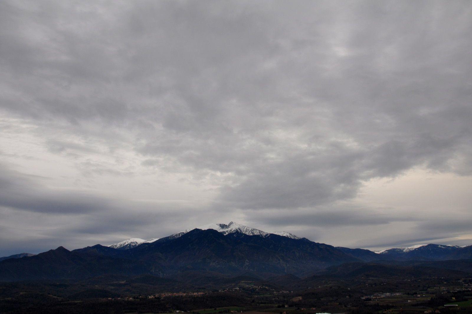 Le Canigou avec les nuages.