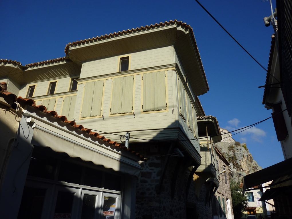 Départ de Sigri pour Petri et ses belles maisons ottomanes dans des jardins luxuriants, ses places et ruelles ombragées et son rocher au sommet duquel se trouve la Chapelle du Doux Baiser. Le port est vide.