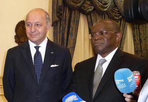 La France courtise le dictateur angolais Dos Santos au pouvoir depuis 34 ans