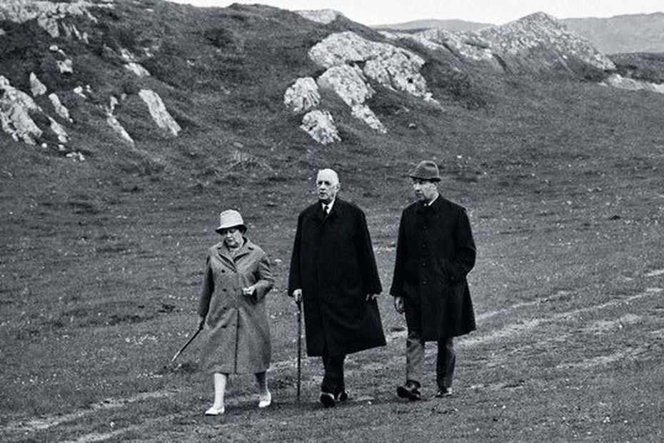 Yvonne et Charles de Gaulle accompagnés de l'aide de camp François Flohic lors de leur séjour en Irlande • © Photo libre de droits