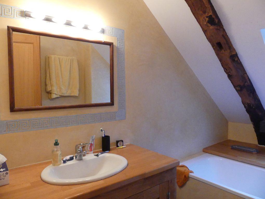 1 salle d'eau avec douche et WC séparés au RDC. Une salle de bains avec WC à l'étage. Le confort!