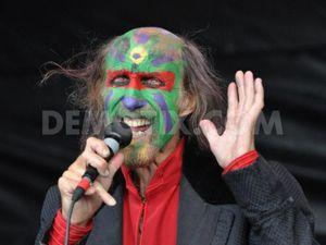 arthur brown, un chanteur de rock britannique connu pour son style théâtral et emprunté à screamin' jay hawkins