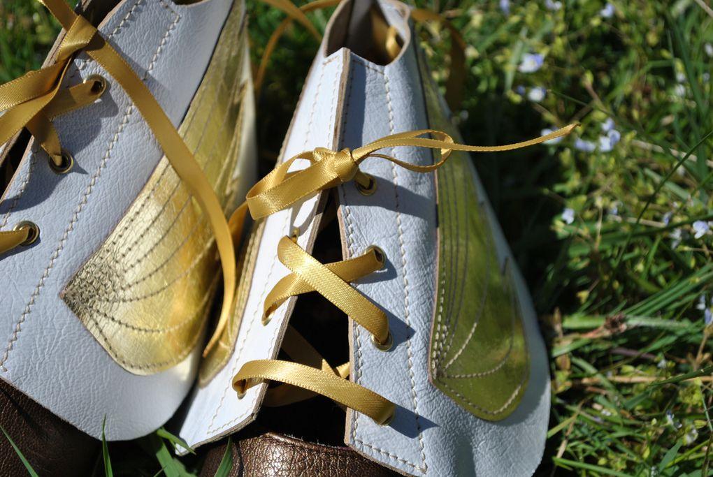 cet accessoire a 2 fonctions, il garde le pied au chaud et au sec; et transforme toute chaussure basse ou à talon en bottine. choisissez votre  coloris  et votre modèle. toutes les paires sont uniques !!!!
