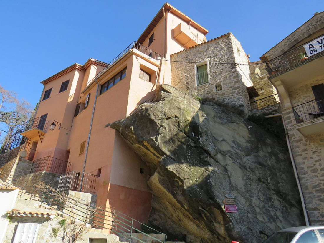 Village médiéval, perché sur son piton rocheux