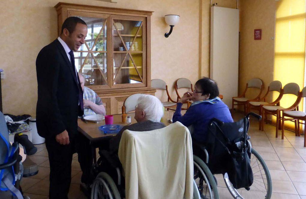 Le directeur dans la salle à manger discutant avec les résidents