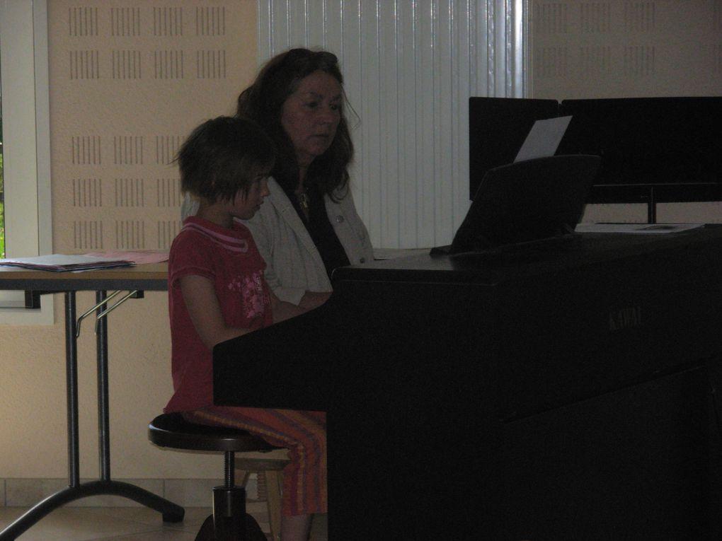 Les élèves ont présenté les activités de l'école de musique aux enfants des écoles de Mouthe.