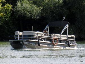 """Navire fluvial """"Mistral"""" et bateaux pontons sur la Seine"""