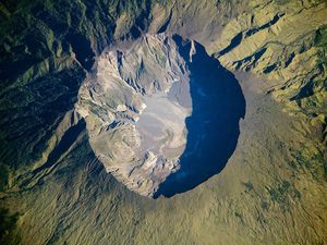 Gunung Tambora caldera - left photo: Bognairadek -  right, photo 03.06.2009 satellite EO-1 NASA - a click to enlarge