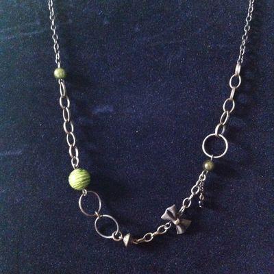 Collier court chaine marron/vert
