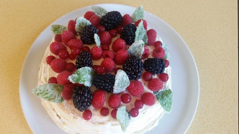 Naked cake aux fuits rouges et feuilles de menthe cristallisées