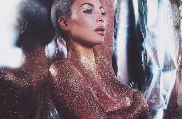 Kim Kardashian couverte de paillettes pour sa ligne cosmétique .