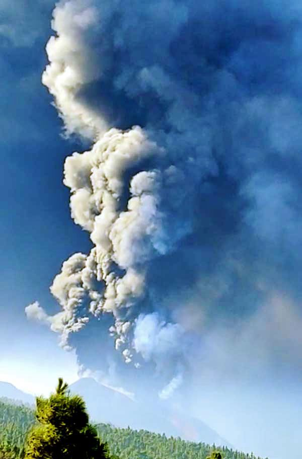 La Palma / Cumbre Vieja - Plume of ash and gas on 09,10,2021 - photo from the video by Victor Melo / Volcanes de Canarias