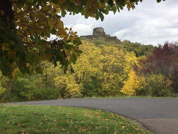 Mais si on veut prendre de la hauteur tout en gardant les pieds au sol, il y a le château de Murol ....