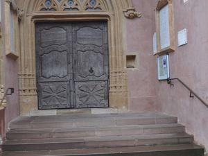 Porte d'habitation              et             porte de l'église  (clic pour agrandir)