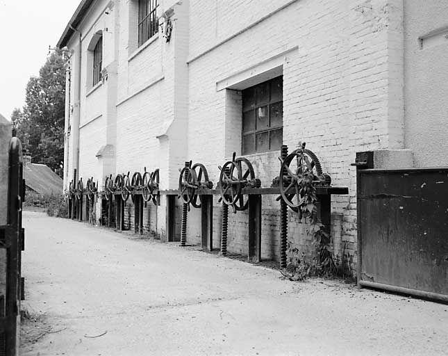 Centrale hydroélectrique, actuellement théâtre municipal. Cliché d'Yvon Miossec, 1984 (base POP : IVR23_19842700985X).