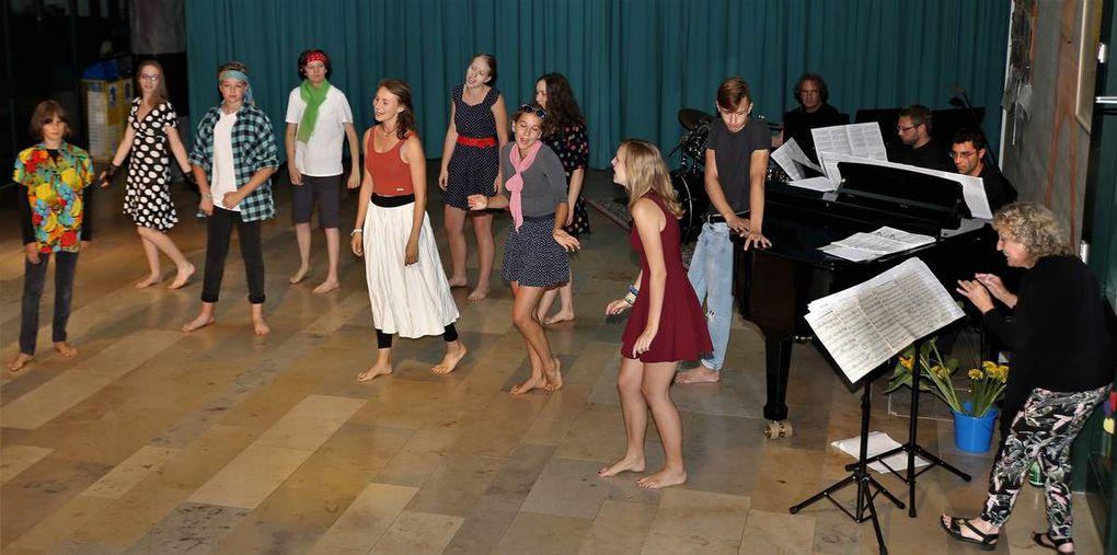 """Pretty girls and boys, streitende """"Sharks"""" und """" Jets"""" eröffneten den Musical Abend mit """"West Side Story""""."""