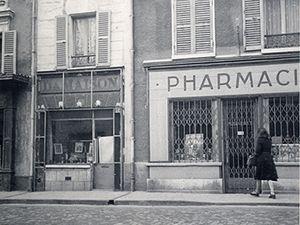 Photos du haut : à gauche : la pharmacie Plat, à droite l'entrée de la cour de l'ancienne prison durant la Révolution - Photos du bas : La villa Faust