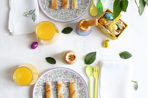 Œuf à la coque bio à la fleur de sel de Camargue & basilic et ces mouillettes de baguette croustillante ♥  un petit déjeuner pour Pâques