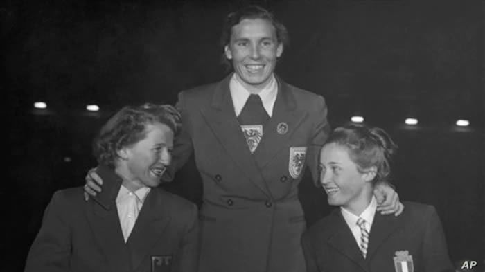 FILE - Giuliana Chenal-Minuzzo of Italy, right, holds the bronze medal during the medal presentation for the Women's Downhill Ski during the Winter Olympic Games, in the Bislett Stadium, Oslo, Feb. 18, 1952.